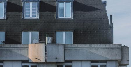 Casa con tejado de pizarra